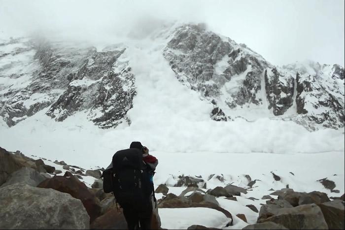 巴基斯坦登山探险队攀爬位于喀喇昆仑山脉海拔6943公尺的库克萨尔峰途中遇到大雪崩