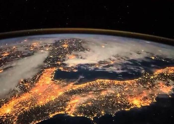 """从太空站上拍摄的地球晚间,万家灯火非常明亮,这就是NASA所说的""""无意透露的技术指纹""""。"""