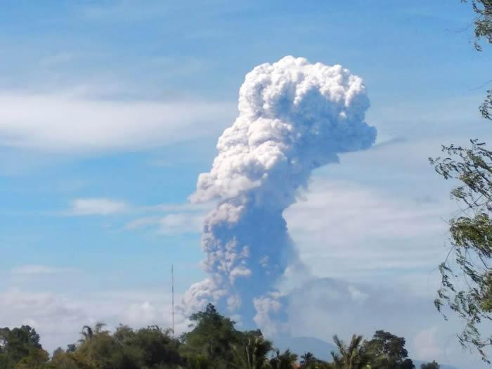 印尼苏拉威西岛上的索普坦火山3日上午爆发