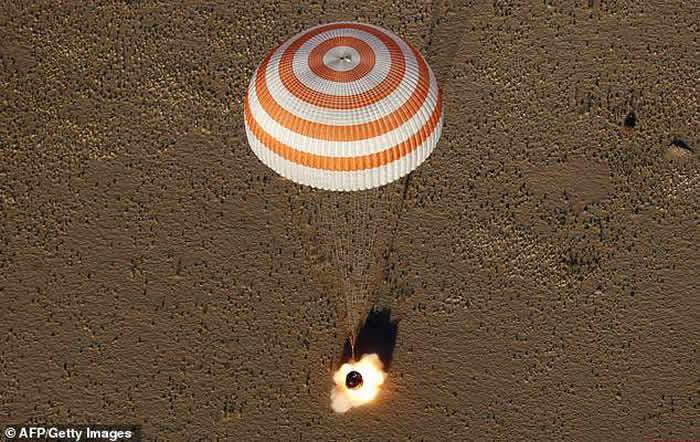 """载有3名宇航员的""""联盟MS-08""""号飞船返回舱在哈萨克斯坦草原成功着陆"""