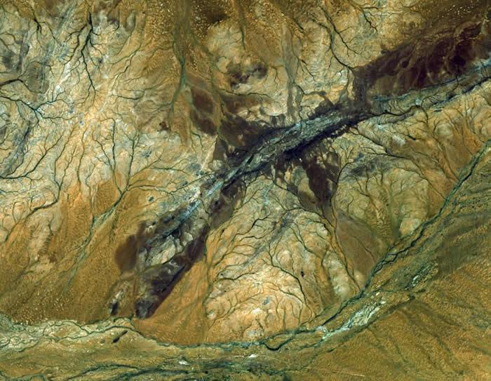 亚斯特(ASTER)卫星拍摄到的澳洲杰克山岗。这里曾发现地球目前最古老的地壳碎片,里面的锆石存在了约44亿年之久。 PHOTOGRAPHY BY NASA/GS