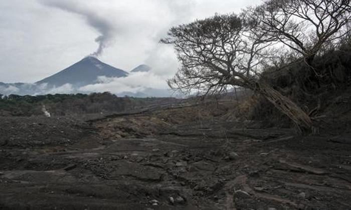 富埃戈火山再度爆发,图为火山6月时爆发情况。
