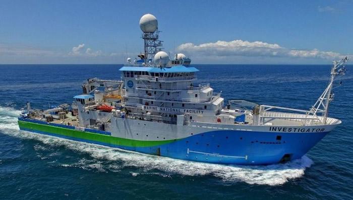 """""""调查员""""考察船的设备在这次活动中举足轻重。"""