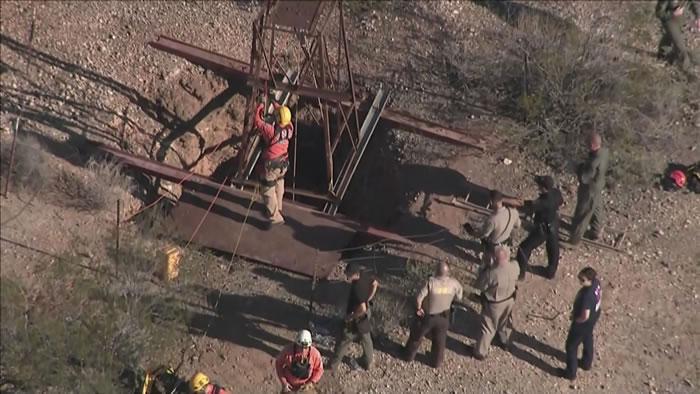 美国亚利桑那州男子找黄金跌落废弃矿坑 所幸获救还杀了三条响尾蛇