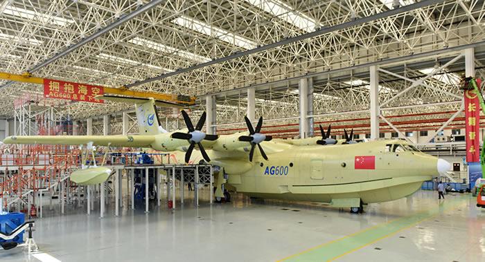"""中国宣布世界上最大的""""鲲龙""""AG600型水陆两栖飞机成功完成从水上起飞并降落试验"""