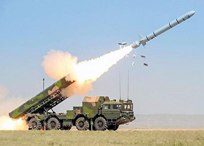 中国解放军发射长剑10陆基巡航导弹。