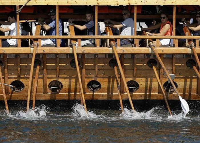 游客需要卖力划桨方能推动战船。