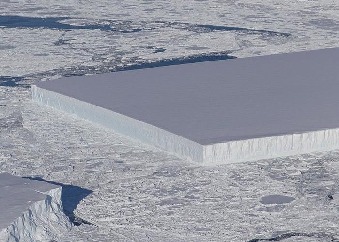 """南极拉森-C冰架脱落的A-68冰山再裂出罕见""""四方冰山"""""""