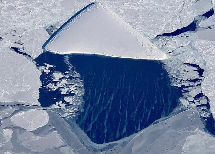 另有分裂出来的冰山像极一块薄饼。