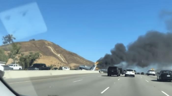 美国加州一架印有纳粹德军标记的小型飞机在高速公路上坠毁