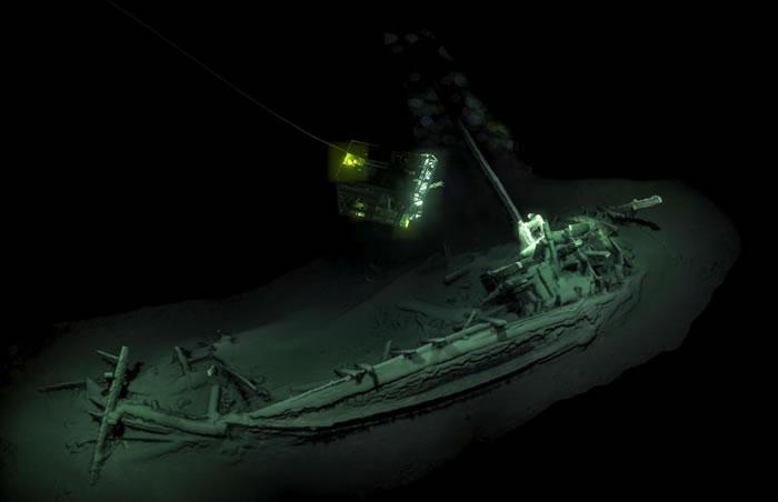 无人水下遥控载具捕捉到静躺在黑海1.9公里深处、一艘有2400年历史的商船影像。 PHOTOGRAPH BY AFP PHOTO/BLACK SEA MAP E
