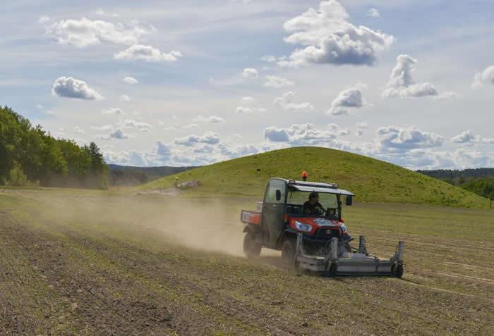挪威考古学家将透地雷达装在全地形越野车的前方,以探测这片农地下方的土层,发现了维京古船和长屋的踪影。 PHOTOGRAPH BY ERICH NAU, NIKU