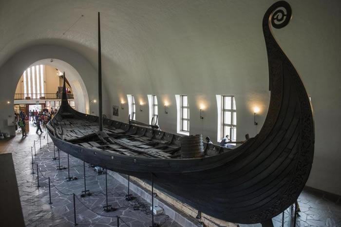 图中这艘奥塞贝格号(Oseberg)是在1903年被人发现,目前展示于挪威奥斯陆的维京船博物馆(Viking Ship Museum);包括奥塞贝格号在内,馆内