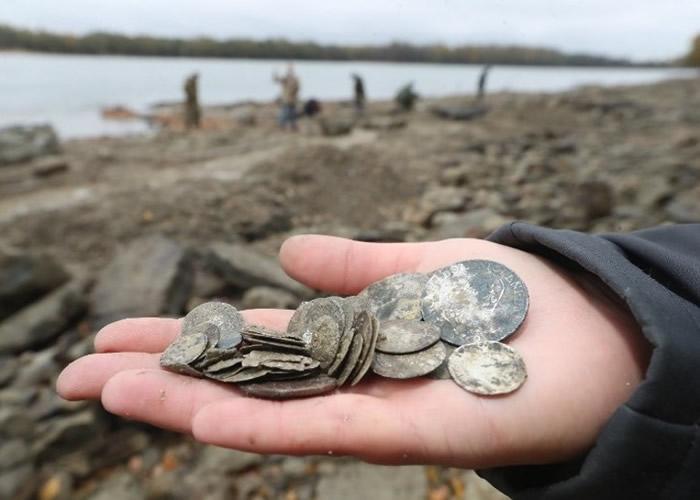 考古人员发现多枚硬币。