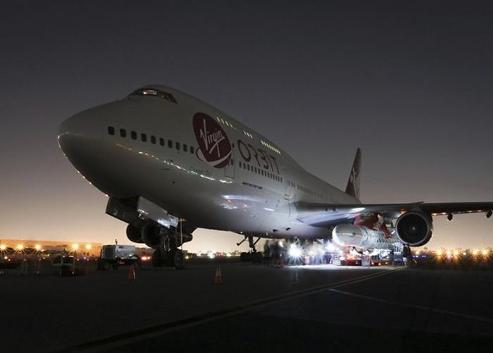 """工作人员正把""""发射者一号""""装载在波音747上。"""