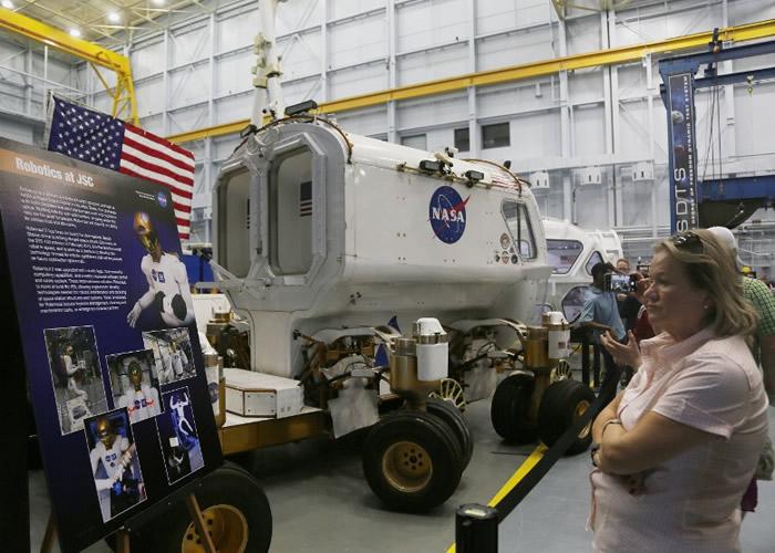 部分民众观看太空飞行器展览。