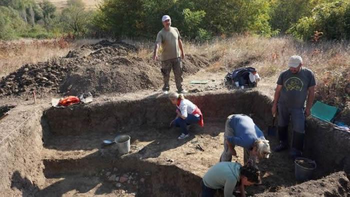 保加利亚8000年前新石器时代定居点发现一尊欧洲母亲女神雕塑
