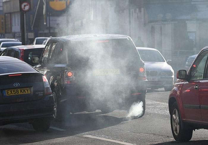 汽车排放废气是空气污染来源。