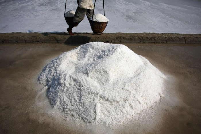 印尼马杜拉岛(Madura Island)利用蒸发海水这种古老的技术来制盐。一份新研究发现,这里生产的食盐在所有样本中微塑胶含量最高。 PHOTOGRAPH B