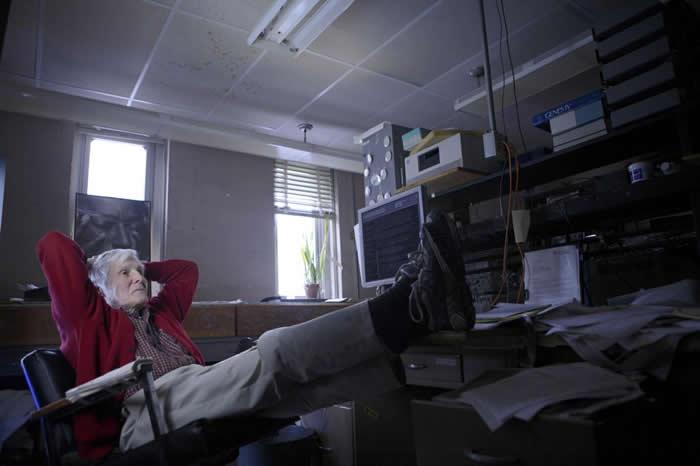 微生物学家卡尔.乌斯(Carl Woese)──这本书的作者大卫.逵曼(David Quammen)口中的「厉害怪咖」──发现了生物的第三个界,古菌界(arch