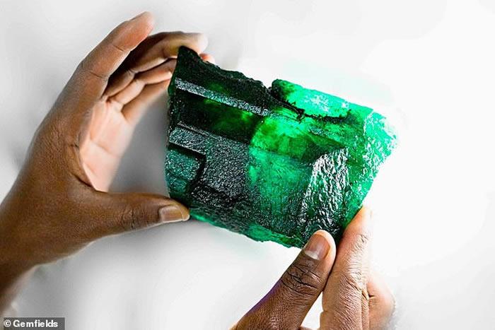 赞比亚矿场发现重逾5500克拉的祖母绿宝石 估价近300万美元