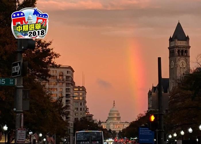 美国华盛顿选民步出票站拍下美丽夕阳彩虹