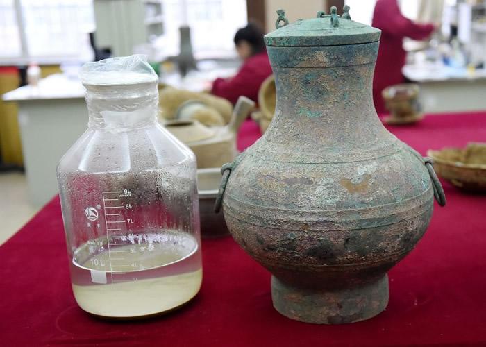该对高52厘米、腹部半径38厘米的青铜壶,里面载有3.5升液体。