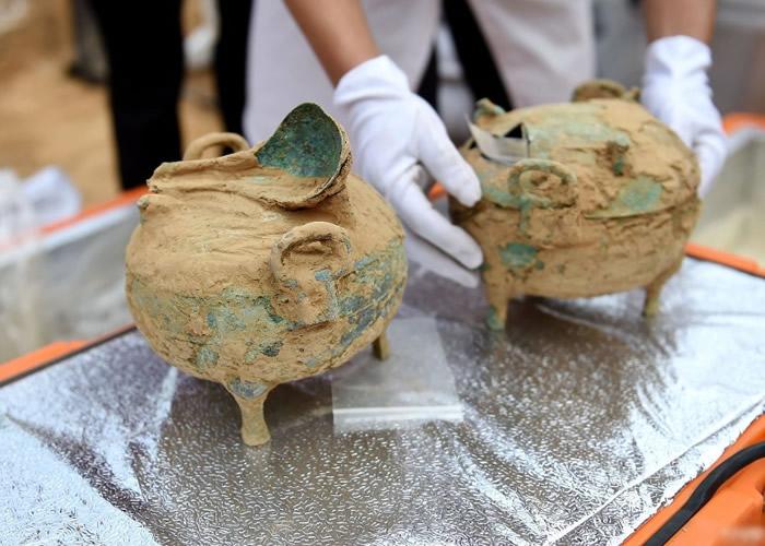 考古人员在北侧一耳室内,发现彩绘陶壶、铜盘、铜壶、铜炉、铜钵、铜盆等陪葬品。