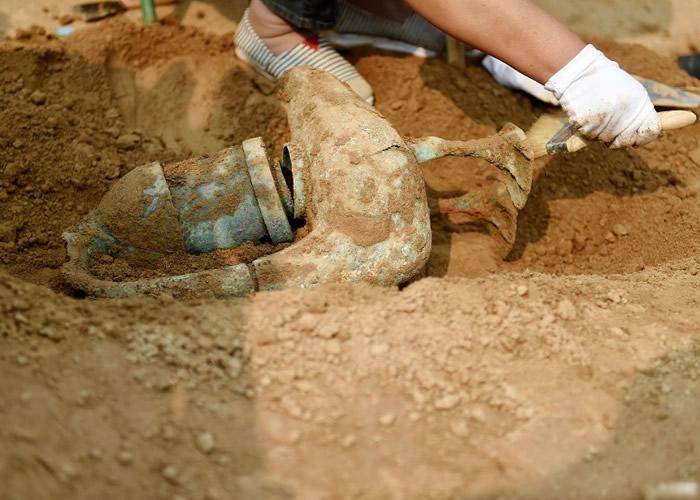 考古人员在主墓室内,发现大雁铜灯、铜镜、耳杯等陪葬品。