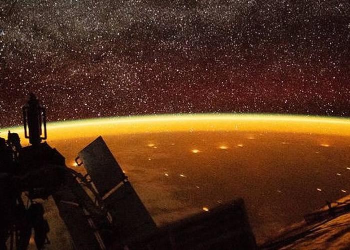 """国际空间站拍摄到罕有""""气辉现象""""覆盖地球"""