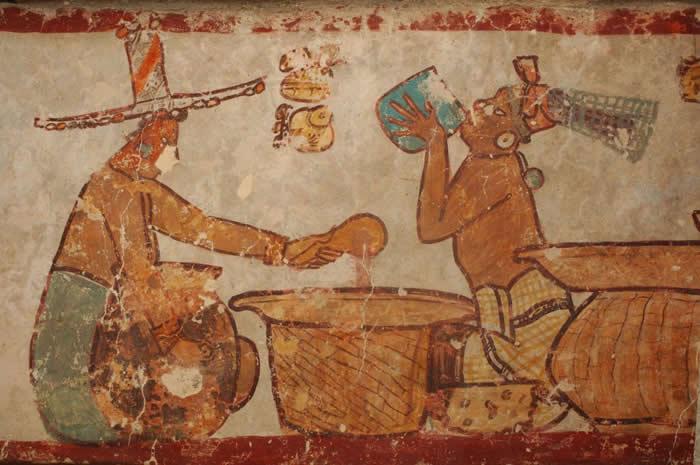这些来自马雅古都卡拉克穆尔(Calakmul)的壁画,描绘了可可豆的制作和饮用方式。 PHOTOGRAPH BY KENNETH GARRET, NAT GEO