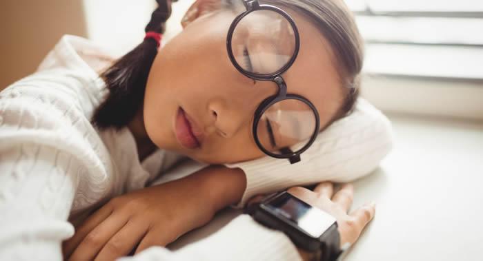 睡眠不足会导致人养成不健康的饮食习惯和久坐的生活方式