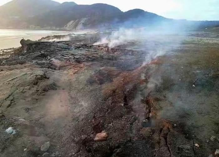 """福建漳州近日出现""""自燃""""奇景,地上冒出大量白烟。"""