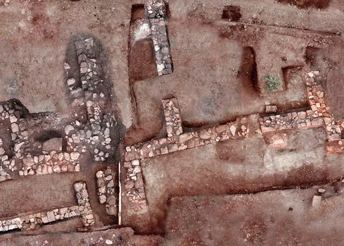 考古学家在特尼亚挖掘出大量文物及建筑。