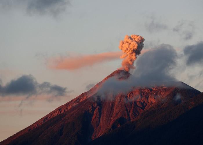 危地马拉富埃戈火山持续喷发 当局吁2000民众疏散