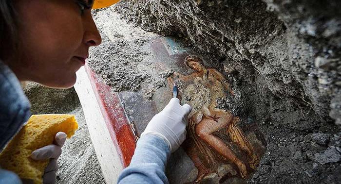 """意大利庞贝古城发现一幅以古希腊神话""""丽达与天鹅""""为主题的情色壁画"""