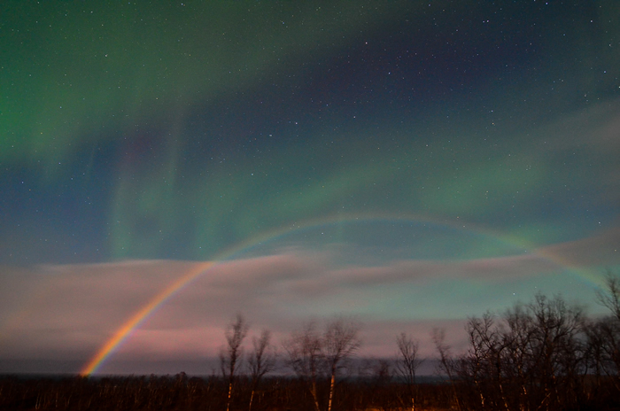 瑞典拉普兰的阿比斯库捕捉到最罕见地球大气现象:北极光和月亮彩虹
