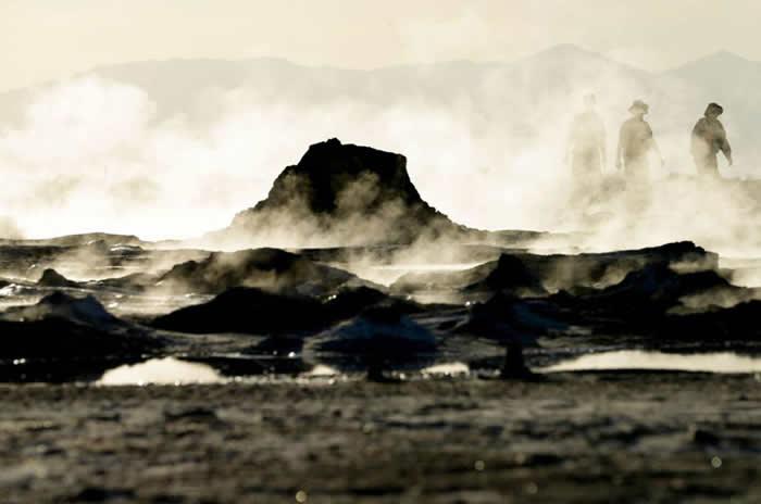2015年,蒸气从加州沙尔顿湖岸附近的地热泥温泉里升起。 PHOTOGRAPH BY GREGORY BULL, AP