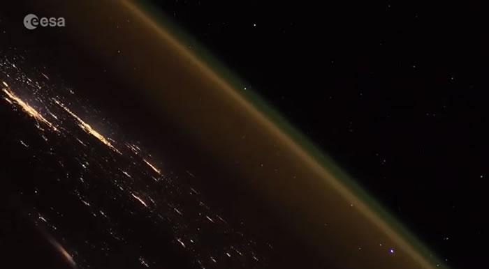 从400公里上空国际空间站拍摄到的联盟-FG运载火箭发射壮观景象