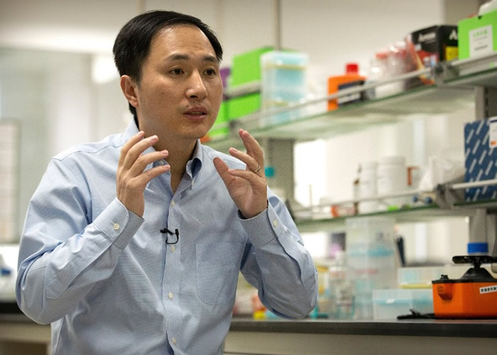贺建奎受访时解释编辑基因的技术。