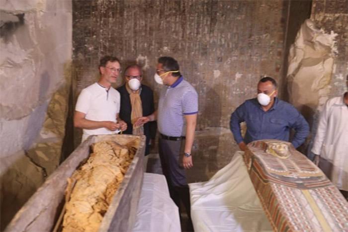 专家再一次审视新发现的木乃伊。