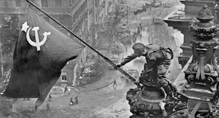 苏联英雄之女讲述二战攻克柏林时父亲如何把胜利红旗插上纳粹德国国会大厦