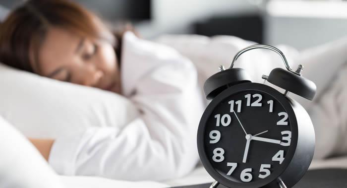 夜里打鼾和睡眠期间慢性缺乏空气使妇女心脏和血管问题严重的可能性增加
