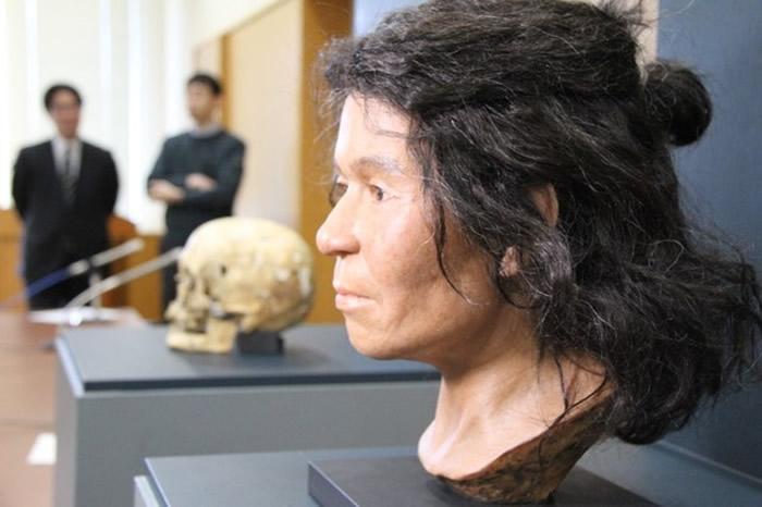 """日本福岛县从绳文时代晚期中叶的""""鹭内遗迹""""洞穴中发现塞满大量核桃的编织篮"""