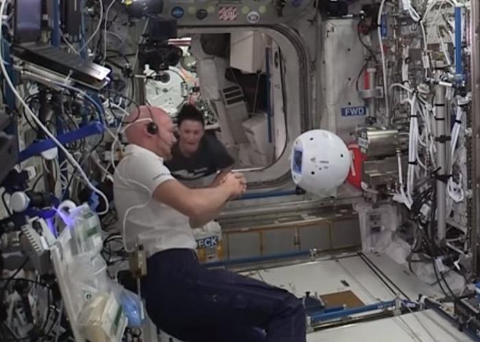 CIMON指宇航员刻薄。