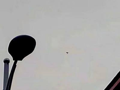 重庆江北区上空突然出现三角形不明飞行物 悬浮半空20分钟