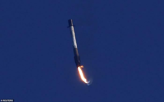 """美国SpaceX""""猎鹰九号""""火箭完成太空任务 返回地球时着陆失败坠海"""