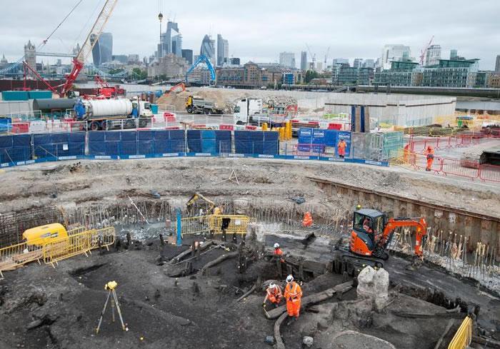 考古学家和伦敦考古博物馆(Museum of London Archaeology)的专家在为泰晤士河潮路管道进行探勘发掘时找出一副500年前的骸骨。 COUR