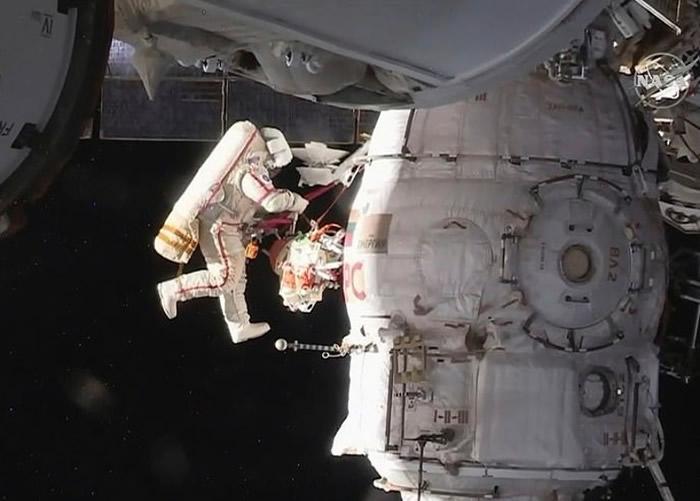 太空人进行太空漫步。