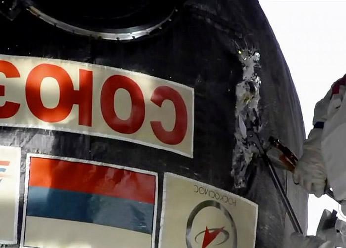 太空人划开破洞。
